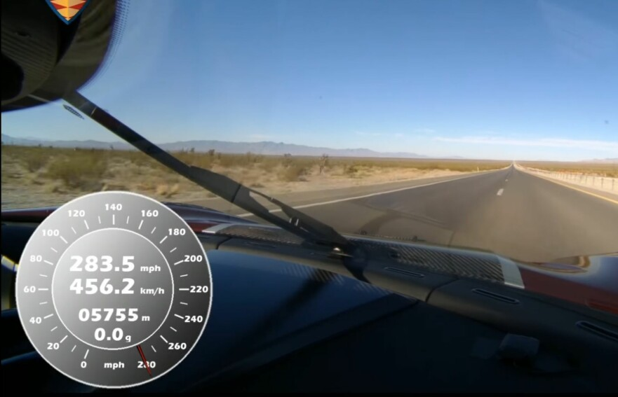 PÅ VEI MOT 460: Koenigsegg Agera RS klarte nesten 460 kilometer i timen etter å ha snudd på mile-streken på den lange rettstrekningen i Nevada. Snittet av topphastigheten målt i begge retninger, som blir registrert som verdensrekord, ble 447 kilometer i timen. Bugattis gamle rekord er dermed fullstendig knust. Foto: Skjermdump, Youtube/VBox