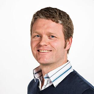 TA EKSTRA HENSYN VED TØMMING: Kent Hart i NAAF anbefaler deg om å følge produsentens instruksjoner for tømming av støvsugere for å unngå støv i ansikt og luftveier. Foto: Tore Fjeld/Norges Astma- og Allergiforbund