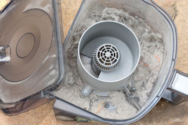 STØVUTSLIPP VED TØMMING: Which har målt støvutslipp ved tømming av poseløse støvsugere som lover å ha en allergivennlig eller ekstra hygienisk tømming. De målte utslippet til 70.000 partikler på de verste - mot 552 partikler ved bytte av pose i en standard posestøvsuger. Foto: Shutterstock/NTB Scanpix
