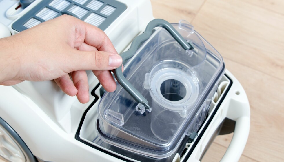 POSELØSE STØVER MYE VED TØMMING: Britiske Which har testet støvutslipp ved tømming på poseløse støvsugere, og kan avsløre at noen er mye verre enn vanlige posestøvsugere. Verst er en Philips-støvsuger som slipper ut 70.000 støvpartikler ved tømming, mot 552 partikler ved tømming av en gjennomsnittlig vanlig støvsuger med pose. Foto: Shutterstock