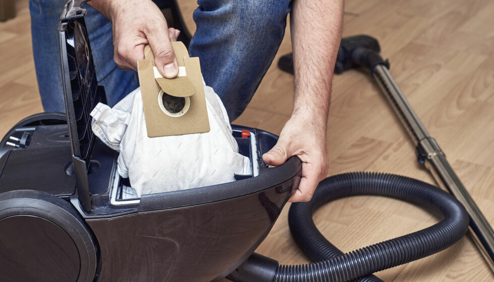 BEDRE: Dette er i noen tilfeller å foretrekke fremfor tømming av støvbeholder fra en poseløs støvsuger, ifølge Which. Foto: Shutterstock/NTB Scanpix