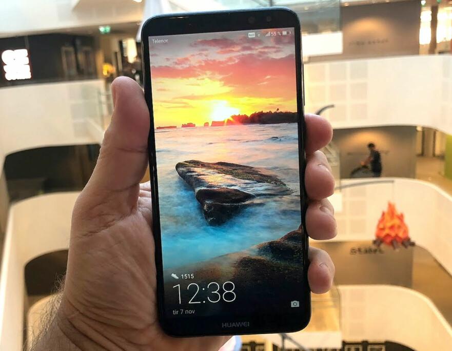 STOR SKJERM: Huawei Mate 10 Lite har en stor skjerm som dekker en svært stor del av fronten. Foto: Bjørn Eirik Loftås