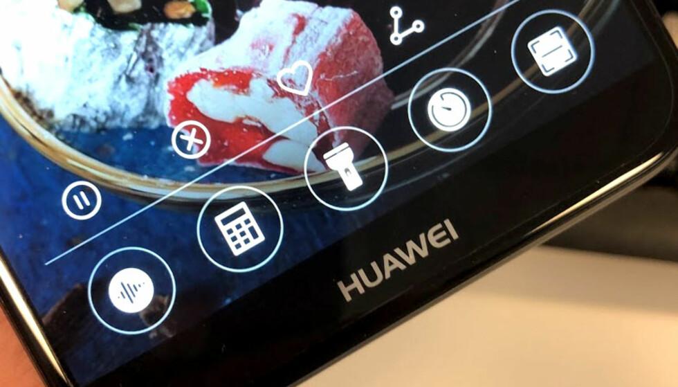 """SNARVEIER: Huawei har blant annet sitt eget """"action center"""" som du får fram når du sveiper opp fra bunnen av mobilen. Foto: Bjørn Eirik Loftås"""