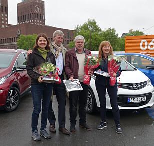 FORNØYDE BILEIERE: 16. mai ble de første Opel Ampera-e levert til sine nye eiere. F.v: Turid Høiem, administrerende direktør Bernt G. Jessen i Opel Norge, Helmer Teksdal og Bente Østreng. Foto: Fred Magne Skillebæk