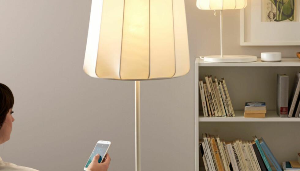 STYR FRA MOBIL: IKEAs Trådfri-lyspærer har lenge latt seg styre fra egen app for Android og iOS. Nå får de endelig støtte for Apples smarthjemsystem HomeKit også. Foto: IKEA