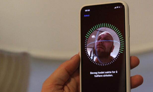 TO RUNDER: Face ID settes opp ved at du beveger ansiktet rundt i en sirkel slik at Truedepth-kamreaet får fanget deg fra alle vinkler. Dette gjøres to ganger, og så er du klar til dyst. Foto: Andreas Carlsen