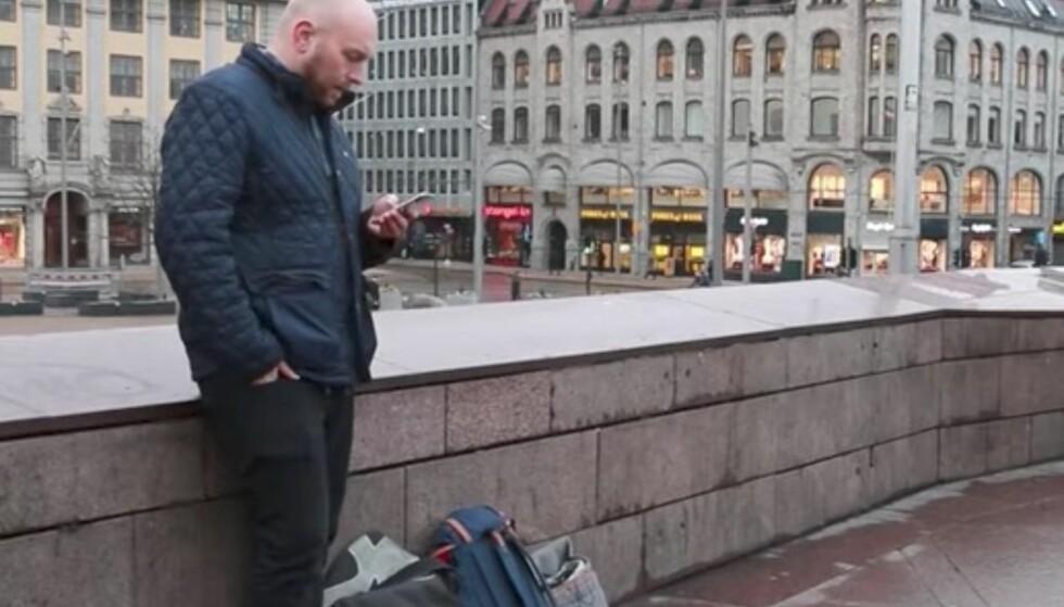 HOLD DEN SOM DU PLEIER: Face ID krever ikke at du holder telefonen rett foran ansiktet – her er en typisk positur som fungerer brillefint. Foto: Ole Petter Baugerød Stokke