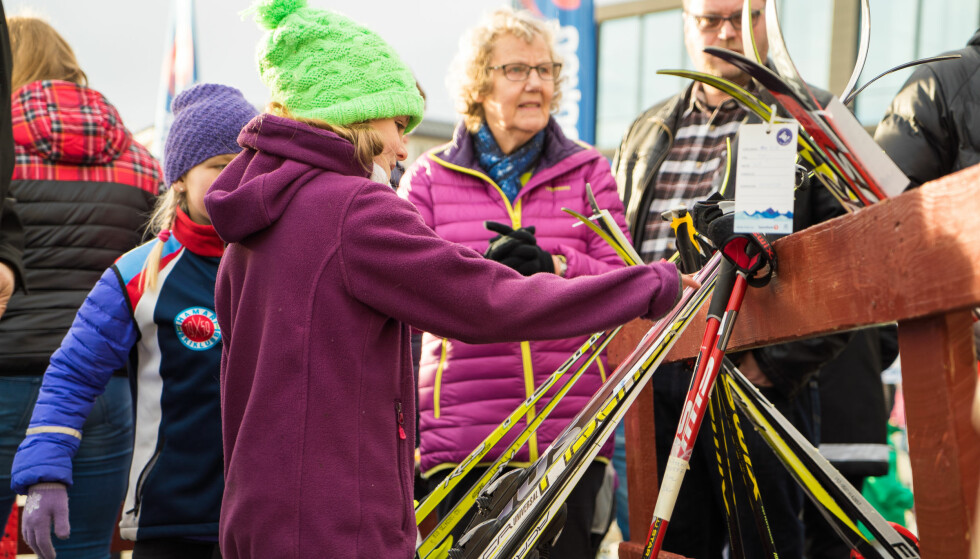 DEN STORE BYTTEHELGA: I helga arrangerer over 100 idrettslag bruktsalg av skiutstyr gjennom arrangementet Byttehelgen.no i regi av Norges Skiforbund Langrenn, SpareBank 1 og idrettsklubber i hele landet. Du kan gjøre kupp på all slags ski- og vintersportsutstyr. Og du kan selge det du ikke trenger selv lenger. Foto: Byttehelgen.no/Sparebank1