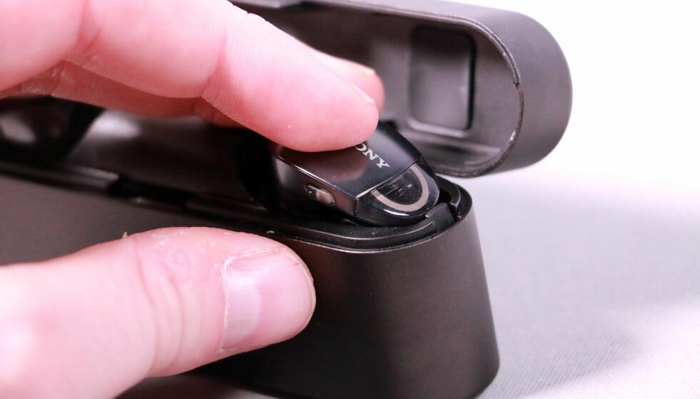 TRYKK NED: Sonys ørepropper må klemmes litt ekstra slik at kanten kommer forbi den mekaniske låsen. Foto: Pål Joakim Pollen