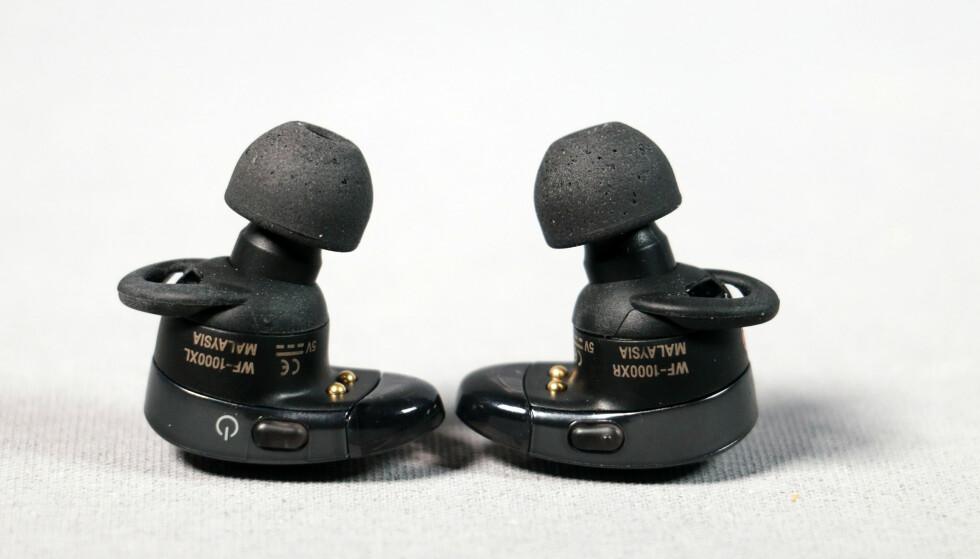 KAN STYRES: Den aktive støyreduksjonen på WF-1000X kan styres med knappen på venstre ørepropp eller i appen, men vi lot oss ikke helt imponere av akkurat den funksjonen. Foto: Pål Joakim Pollen