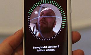 BRUKER ANSIKTET: iPhone X har ingen fingeravtrykksleser. I stedet skanner telefonen ansiktet ditt. Foto: Andreas Carlsen