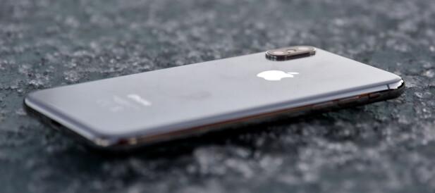 GLASS: iPhone X har, i likhet med 8-modellene, fått glass på baksiden for å støtte trådløs lading. Foto: Pål Joakim Pollen
