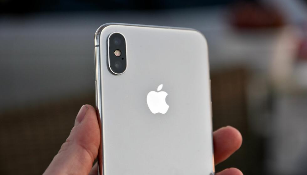 DOBBELT OPP: iPhone X har to kameraer både foran og bak. Det ene kameraet på baksiden har nå blitt mer lyssterkt, fått optisk bildestabilisering, men også litt kortere brennvidde som gjør at «zoom-effekten» ikke blir like stor. Foto: Pål Joakim Pollen