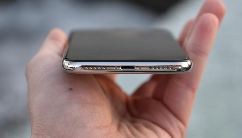 STEREO: På undersiden er det plassert en høyttaler som vanlig, men iPhone X bruker også høyttaleren ved øret og låter riktig så bra når du spiller musikk med den. Foto: Pål Joakim Pollen