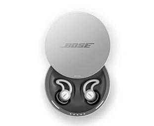 MED ETUI: Batteriet på Sleepbuds skal holde i to netter, pluss en ekstra natt om du lader dem i etuiet. Foto: Bose
