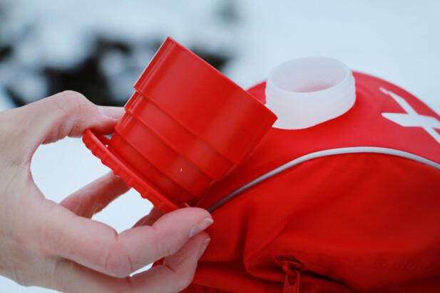 VIPS, SÅ BLIR KORKEN EN KOPP: Smart sammenleggbar turkopp gjemmer seg i lokket på Swix-flaska. Foto: Ole Petter Baugerød Stokke