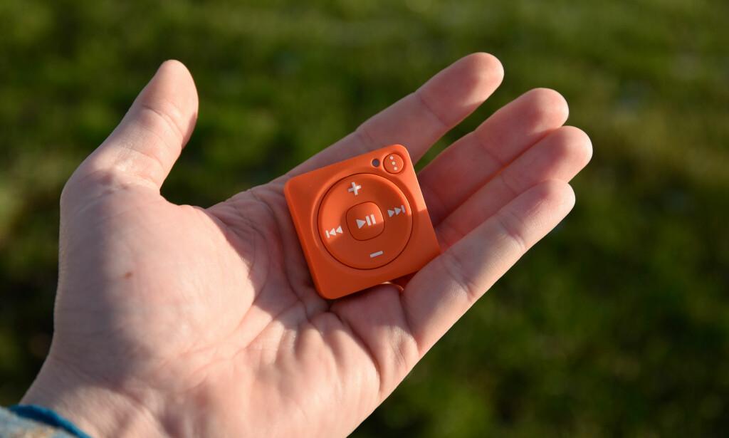 KNØTTLITEN: Mighty veier bare 17 gram og kan lagre inntil 1.000 Spotify-sanger til bruk uten nettilgang. Foto: Pål Joakim Pollen