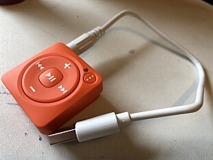 UTRADISJONELL: Mighty lader med USB-til-3,5mm, og kabelen som følger med måler omtrent 25 centimeter. Foto: Pål Joakim Pollen
