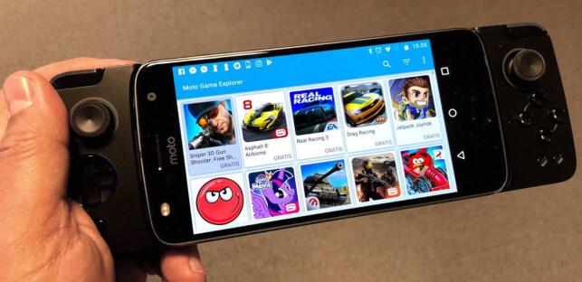 SPILLKONSOLL: Med spill-mod blir mobilen til et håndholdt spillkonsoll. Gjennom appen Moto Game Explorer finner du en rekke kompatible spill å velge mellom. Foto: Bjørn Eirik Loftås