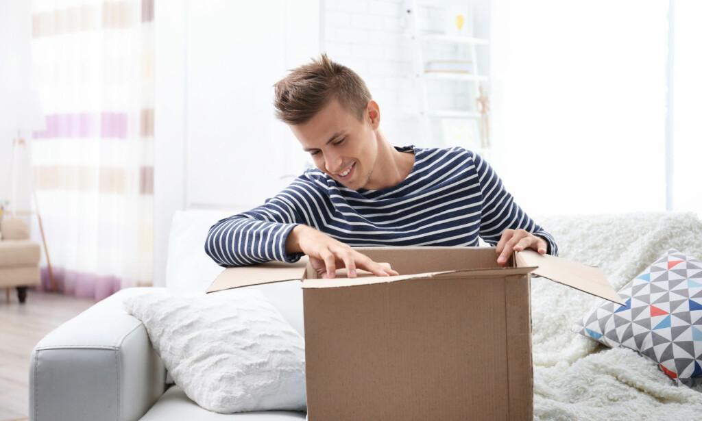 SEND DIREKTE: De fleste nordmenn velger å få gaven hjem til seg selv først, for så å pakke den inn på ny før de gir eller sender den videre. Men det er fortsatt mulig å sende direkte til mottakeren. Foto: Africa Studio/Shutterstock/NTB scanpix