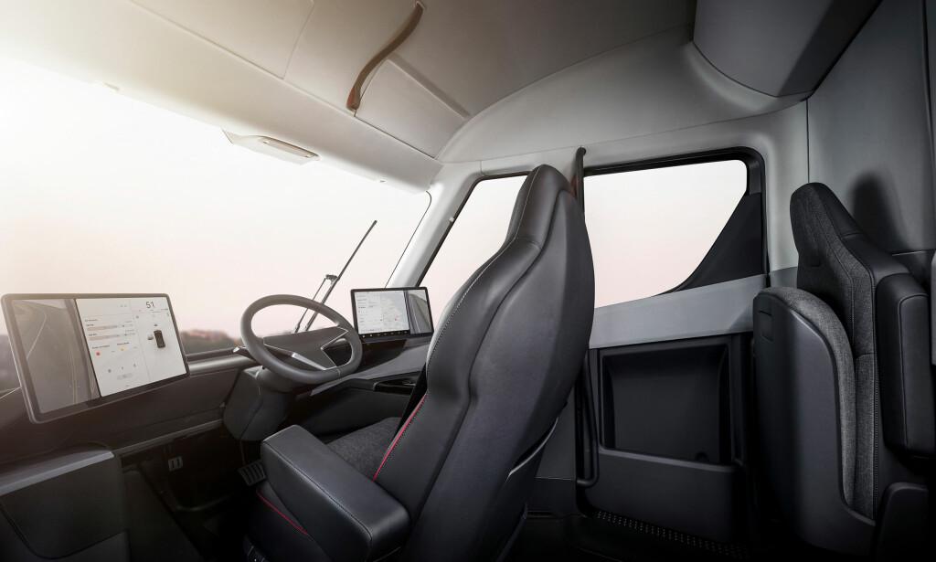 FREMTIDS-ARBEIDSPLASS: Hvis det går som Tesla håper, vil mange fremtidige tungtransport-sjåfører oppjholde seg i slike omgivelser om noen år. Teslas første lastebil, Tesla Semi, ble vist for første gang i går kveld. Foto: Tesla