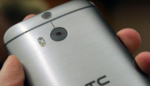 <strong>TIDLIG UTE:</strong> HTC hadde to kameraer på baksiden i sin HTC One M8 for snart fem år siden, der det ekstra kameraet hjalp til med å beregne dybden i bildet. Foto: Ole Petter Baugerød Stokke