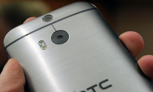 TIDLIG UTE: HTC hadde to kameraer på baksiden i sin HTC One M8 for snart fem år siden, der det ekstra kameraet hjalp til med å beregne dybden i bildet. Foto: Ole Petter Baugerød Stokke