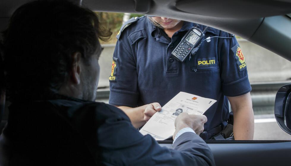 GAMMELT FØRERKORT? Ikke alle gamle førerkort som er i omløp, er gyldige som legitimasjon. Og innen 2033 må alle tidligere førerkortformat byttes inn med den nye varianten. Foto: NTB Scanpix