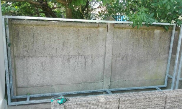 RAMME AV GALVANISERT STÅL: Ian Collins viser hvordan han har laget veggene som sørget for at han vant prisen for Danmarks flotteste vedstabel. Først har han laget rammer av galvanisert stål, som dette. Foto: Ian Collins