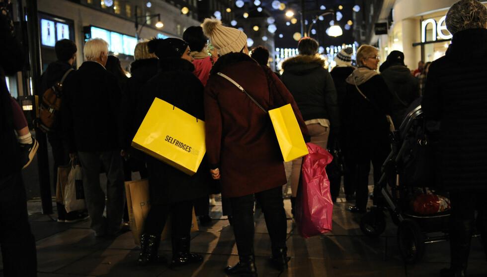 TILBUDSTRENGSEL: Det er ventet at vi vil handle for 3,4 milliarder på Black Friday-salg i år, men det er ikke sikkert at du sparer så mye som du tror på tilbudene. Foto: Splash News.