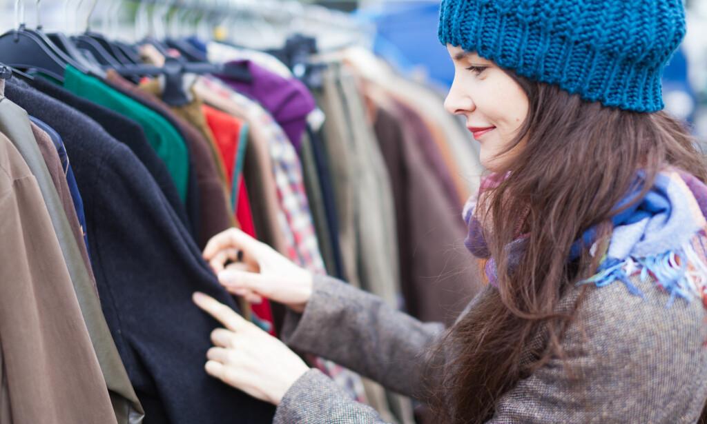BYTTEFREDAG: Det blir tilbudt mulighet til å fikse og bytte klær på fredag over hele Norge, i stedet for å kjøpe nytt på Black Friday-salg. Foto: Rishiken/Shutterstock/NTB scanpix.