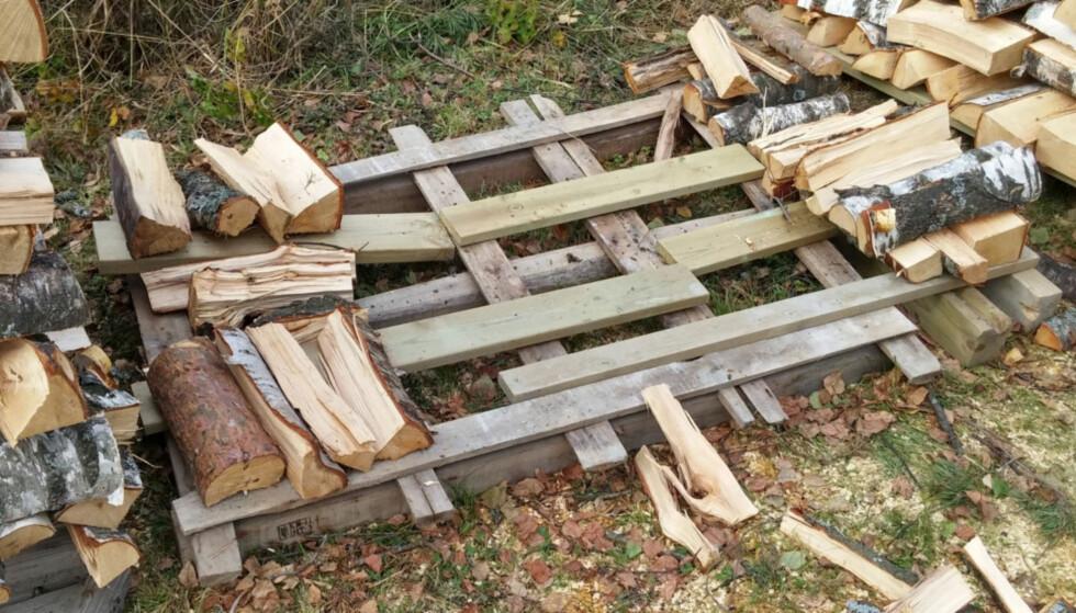 UNDERLAG ER VIKTIG: Du kan bruke gamle paller eller noen gamle planker. Det viktigste er at du får veden opp fra bakken for å unngå fuktighet og mugg. Foto: Brynjulf Blix
