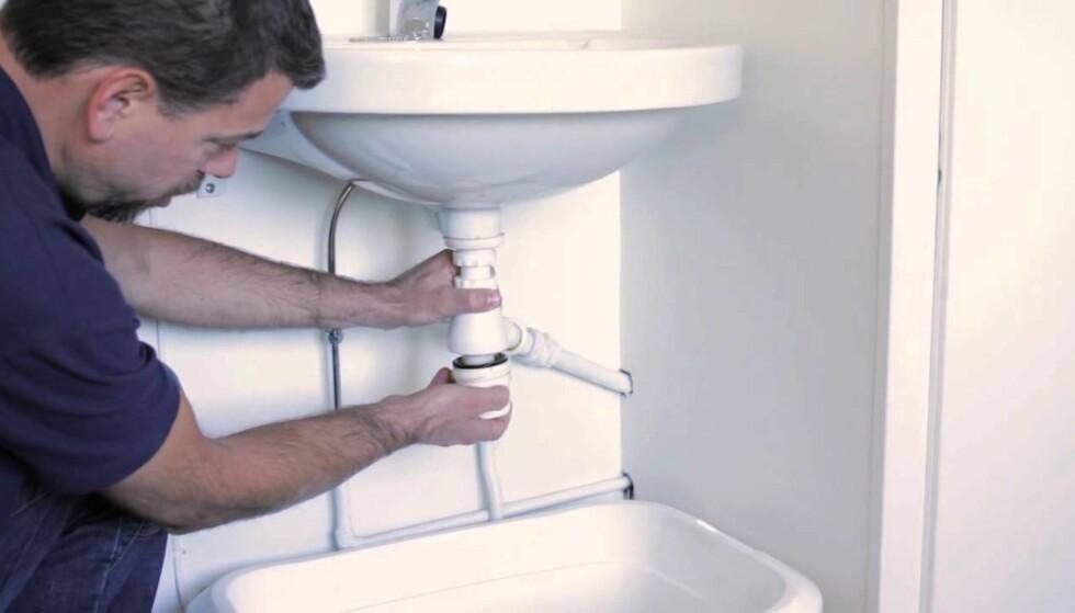 HUSK KOPPEN: Hår og annen skitt samler seg gjerne i vannlåsen under vasken. Rørleggere anbefaler å jobbe nedenfra og opp framfor å prøve å rense sluket fra bunnen av vasken. Foto: Skikkeligrørlegger.no