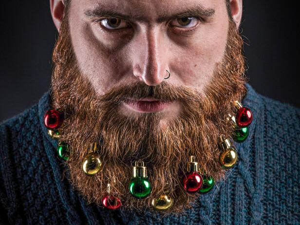 Litt lite julestemning i typen? Kle han opp i sin fineste grønne genser og la ham gjøre litt nytte for seg som familiens juletre!