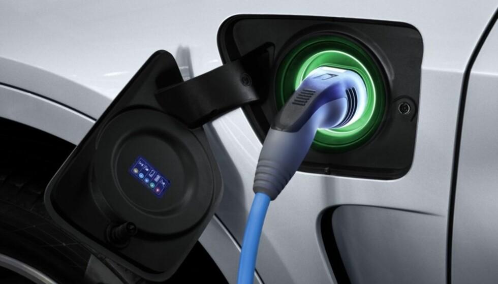 LADE ELBIL: Dagens kraftnett tåler ikke at alle husstander skal lade elbil samtidig. Men det kan finnes løsninger på problemet. Foto: NTB Scanpix