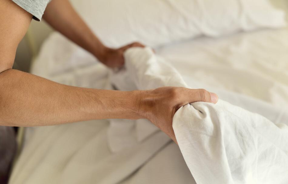 MOT MIDD: Du bør bytte sengetøy hver eller annenhver uke, for å forhindre at det hoper seg opp med husstøvmidd i sengen din. Foto: Nito/Shutterstock/NTB scanpix.