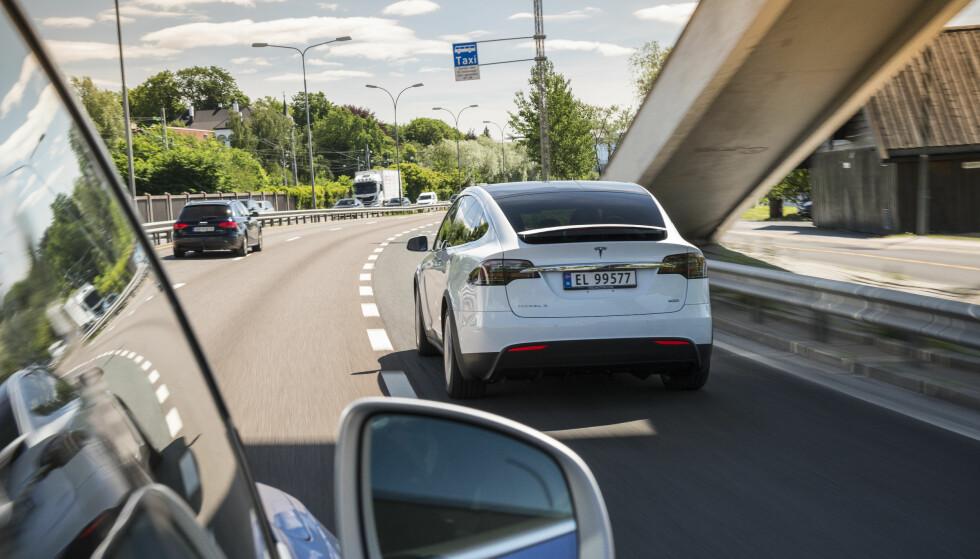 FREDES: Det blir foreløpig ingen såkalt «Tesla-skatt» på tunge elbiler. Foto: Jamieson Pothecary