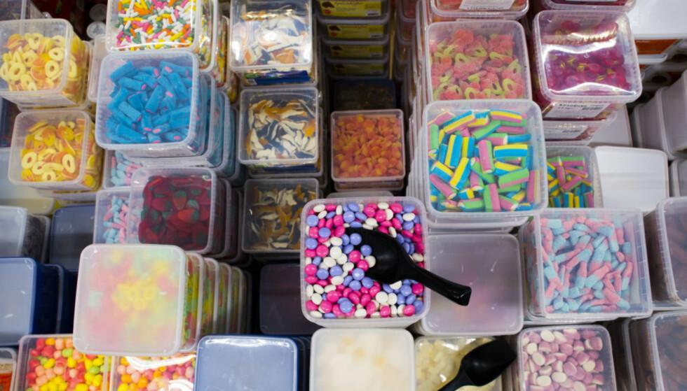 DYRERE GODTERI: Vanligvis justeres sukkeravgiften opp kun etter forventet prisvekst. I 2018 får derimot sukkerholdige varer, som brus og godteri, et kraftig avgiftshopp. Foto: NTB Scanpix