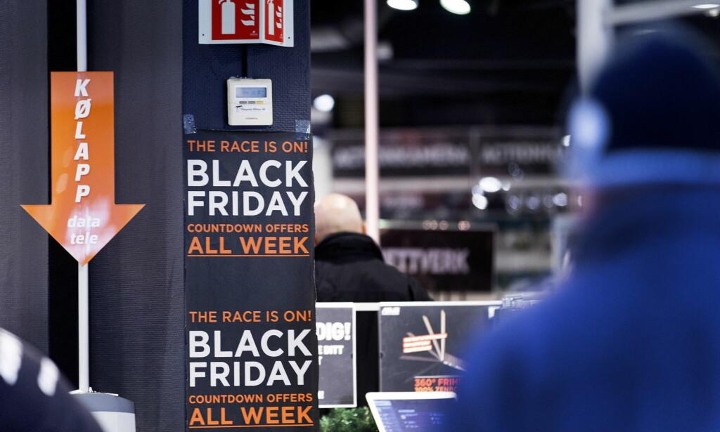 BLACK FRIDAY: Butikkene bugner av tilbud i dag. Vi har plukket ut de beste tekno-kjøpene. Foto: Gorm Kallestad / NTB Scanpix
