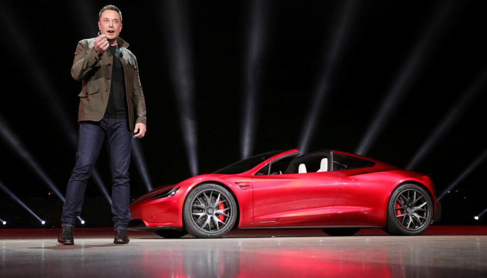 <strong>LANSERTE SUPERELBILEN:</strong> Tesla-sjef Elon Musk avduket Roadster 2 under en presentasjon i California 16. november i 2017. Foto: Tesla/REUTERS