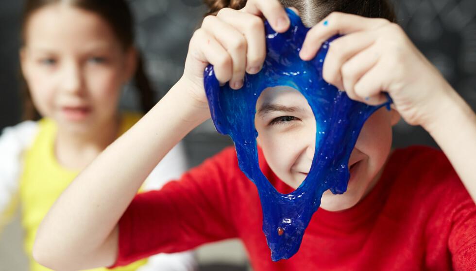 HVA SKJER ETTERPÅ? Det er greit å ha et øye på hva som skjer med slimet i etterkant av miksingen ... og snakk med barna om hvor det i alle fall ikke skal, råder Clementz i If. Foto: Shutterstock/NTB Scanpix