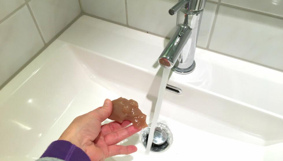 NEI: Ikke skyll hjemmelaget slim ned i vasken eller i do. Og heller ikke rester fra mikse-seansen. Det kan bli dyrt ... Foto: Kristin Sørdal