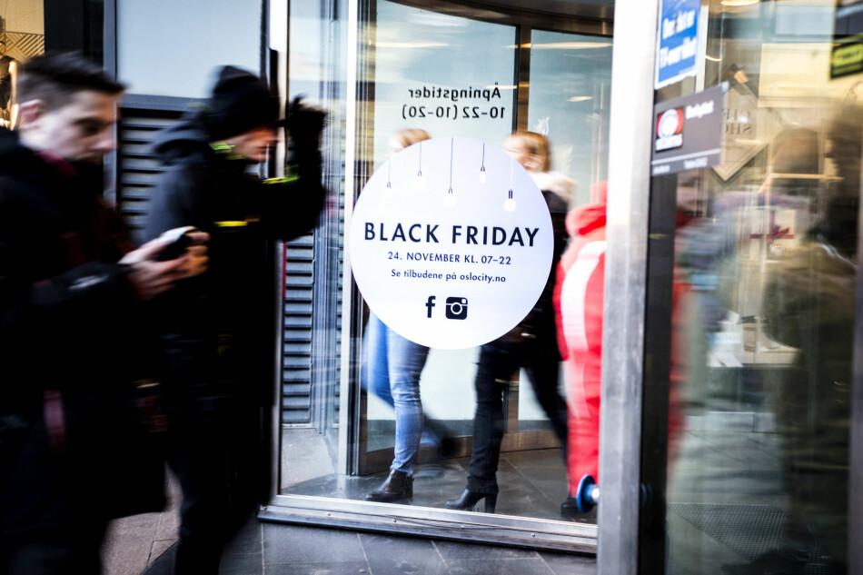 ETT MÅL: Butikkene kjører ikke på med «black friday» og «black week» og «cyber monday» for å være snille. Målet er å selge mer, gjennom mer eller mindre gode tilbud. Så vit at selv om mye er billigere på black friday, kan like mye være billigere helt andre dager. Foto: Mariam Butt / NTB Scanpix