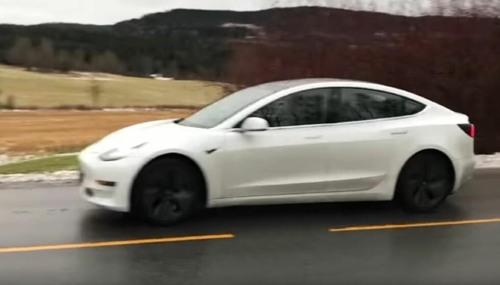 MODEL 3 I NORGE: Her er, såvidt vi vet, det første eksemplaret av en Tesla Model 3 som er observert i Norge. Jan Ove Furesund fikk øye på bilen og rakk såvidt å få filmet den i det den kjørte forbi. Skjermdump: YouTube/Jan Ove Furesund