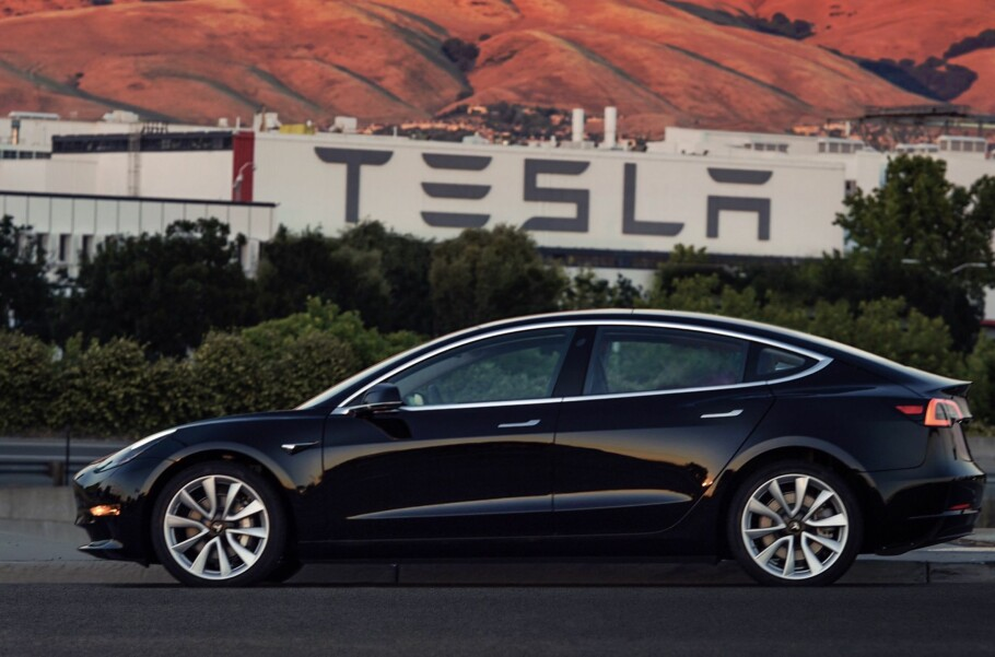 TESLA MODEL 3: Den er sterkt etterspurt, og nå ligger det en bil til salgs på det åpne markedet. Foto: Tesla