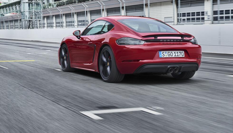 """<strong>ENDELIG:</strong> Boxster og Cayman har vært litt smårare. Nå har de trukket taklinjen noe mer bakover og fått """"satt"""" hekken noe mer. Det hjelper også utrolig mye med skikkelige hjuldimensjoner. GTS skiller seg med større hjul og sorte detaljer som standard. Foto: Porsche"""