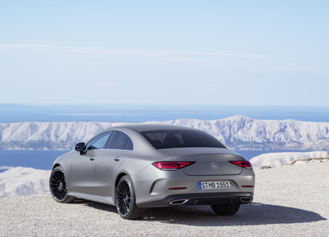 KUPE-FAMILIE: Selv om en firedørs sedan teknisk sett ikke kan være en coupé i ordets egentlige forstand, er Mercedes klare på at det er det de mener den er. Det understrekes med denne hekkdesignen, som kjennetegner alle kupé-modellene fra merket anno 2017. Foto: Daimler