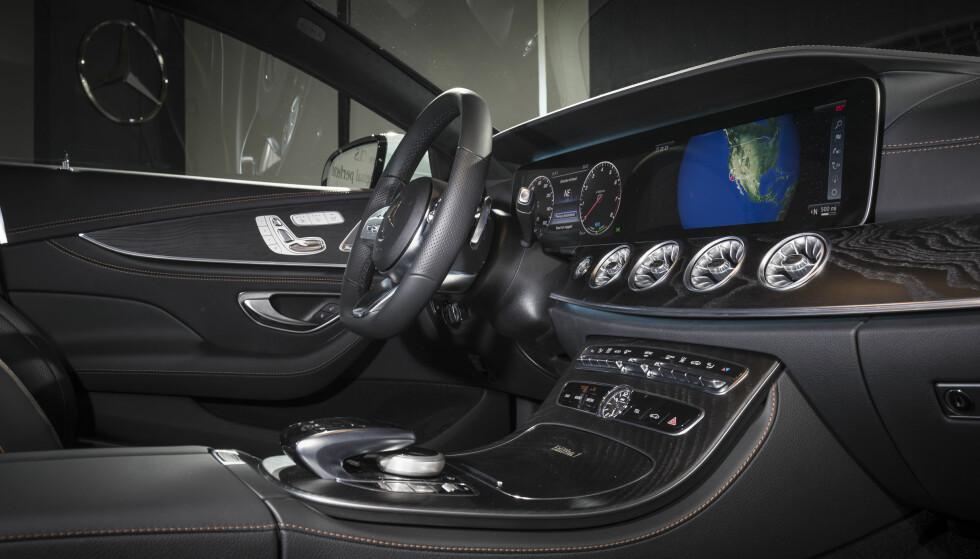 LUKSUSBIL: CLS vil være mer luksuriøs enn E-klasse selv om den er basert på nettopp den. Derfor låner den interiør-elementer fra storebror S-klasse. Foto: Daimler