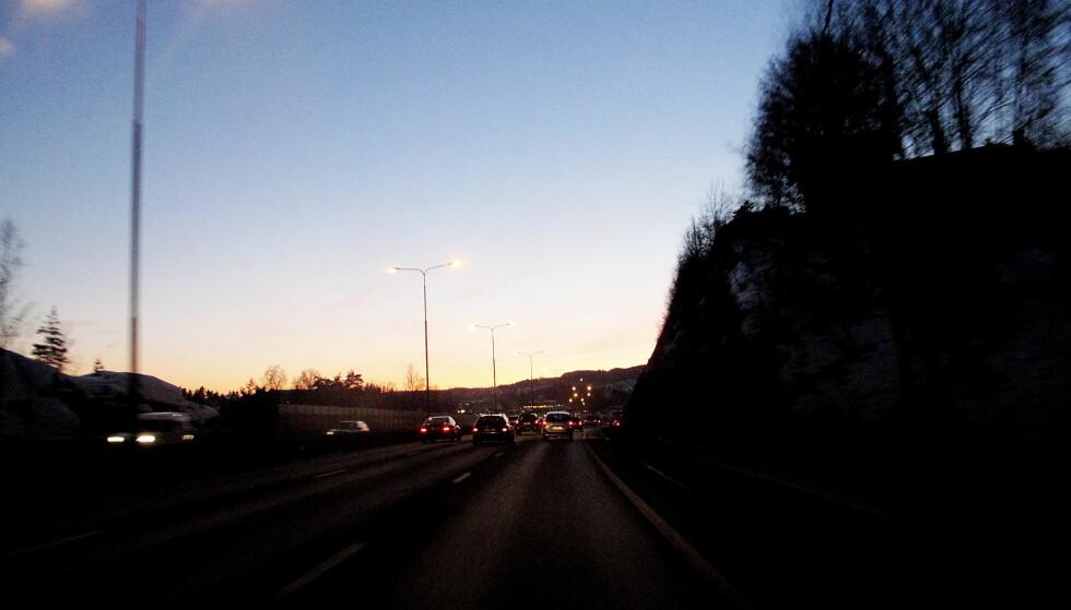 DEN BLÅ TIMEN: Er alle synlige, tro? I en slik situasjon kan det være skummelt om en foranliggende bil har avslåtte baklys. Foto: Ole C. H. Thomassen / Dagbladet