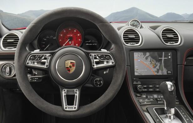 ALCANTARA: Interiøret er preget av svarte farger og mye Alcantara. Legg merke til den røde turtelleren (koster ekstra), og det kule multifunksjonsrattet. Foto: Porsche.